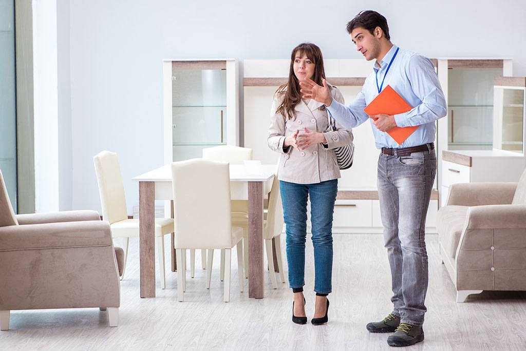 pareja joven eligiendo mueble para hogar en un comercio