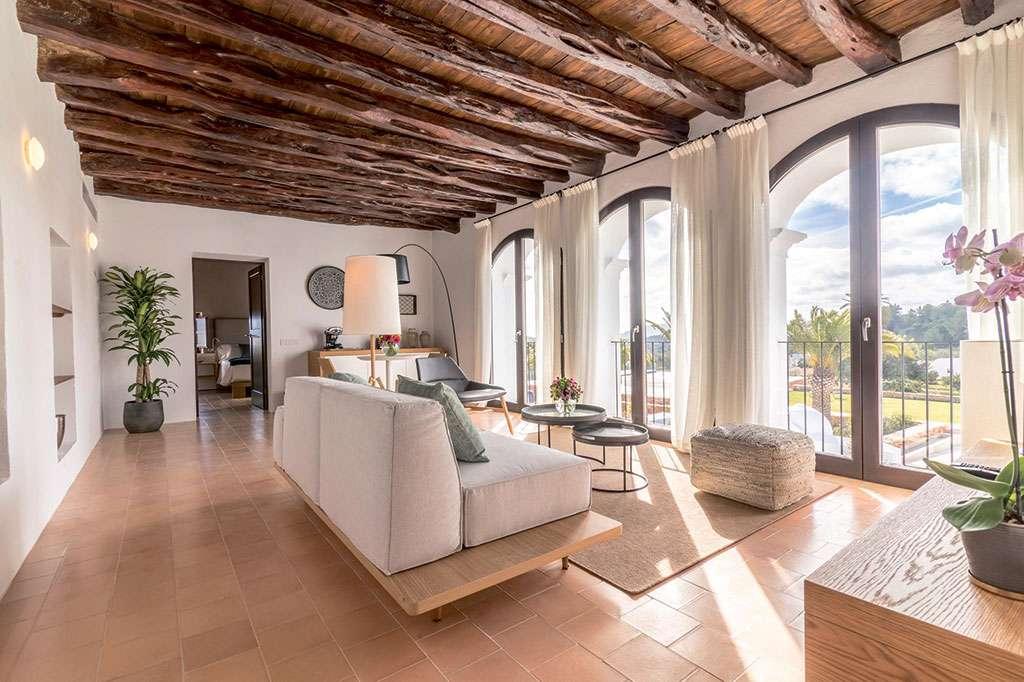 mueble para hogar en un salón con pavimento de madera