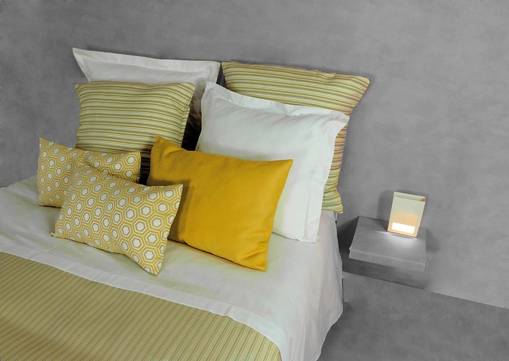 cama con cojines amarillo Pantone