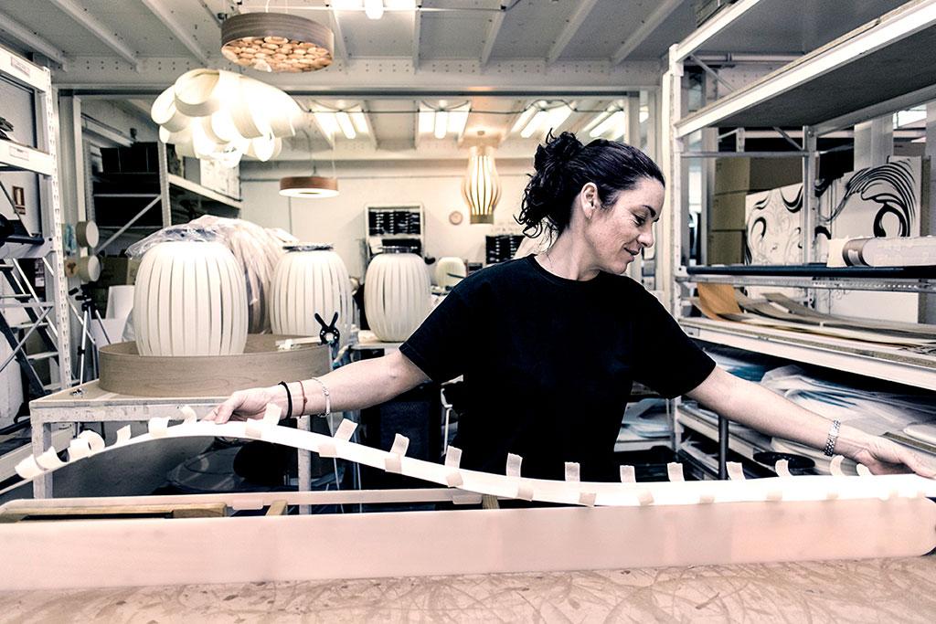 Mujer fabricando una lámpara con diseño inteligente de LZF
