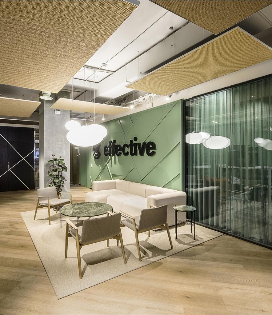 El diseño de la zona de administracion de la oficina mantiene los tonos neutros de arena y mar