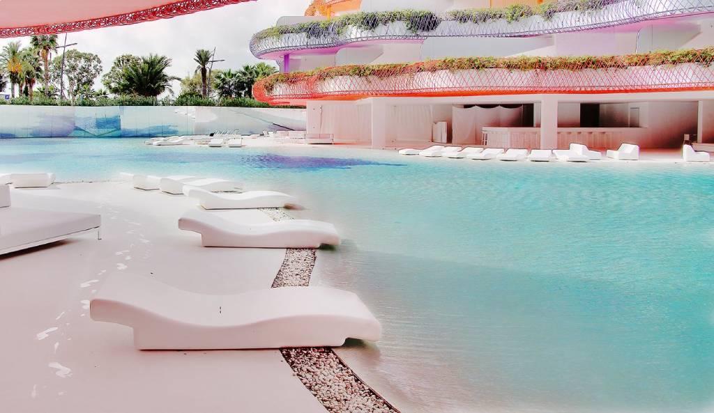 tumbonas en hotel de Ibiza