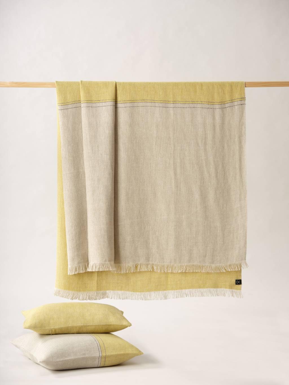cojines y plaids de lino en amarillo y crema