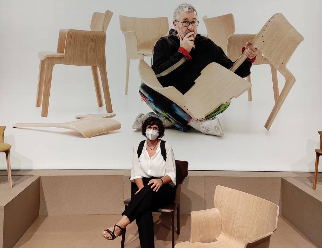 Rocío Macho sentada en la silla Adela de Andreu World